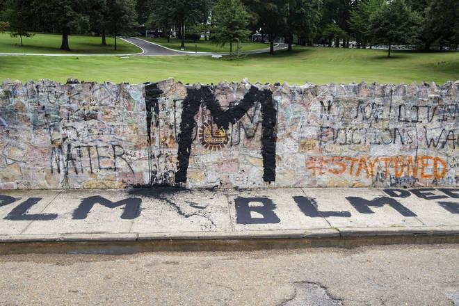 Graffiti vandals target Elvis' Graceland home